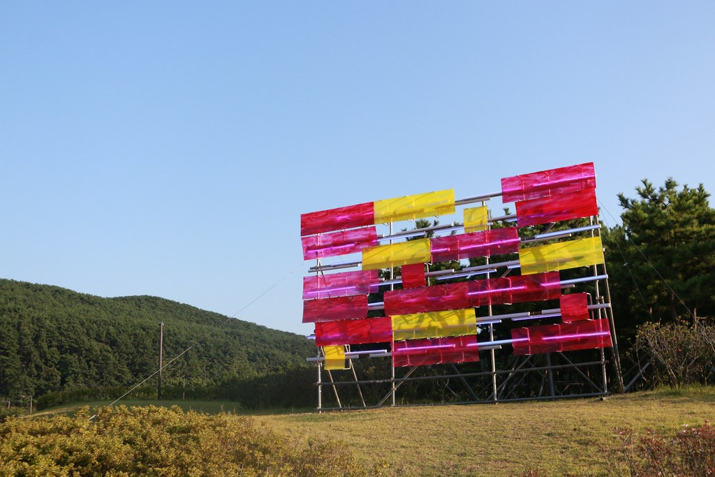 Paul Schwer_Billboard Painting Busan_2017_scaffolding, fluorescent light tube, acrylic glass, pipe clamps, metal clips_650x300x500cm