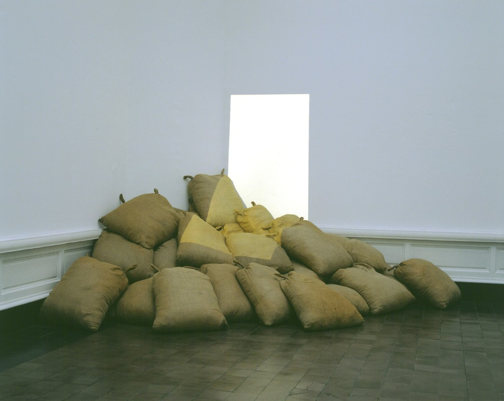 Barry Flanagan, Light on light on sacks, 1969, collection S.M.A.K.