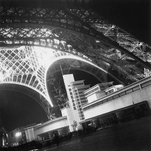 , 'Weltausstellung in Paris, Eiffelturm und Pressepavillon,' 1937, Museum für Fotografie