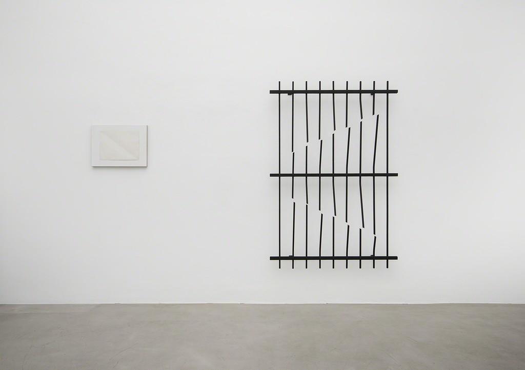 Installation shot, Vanessa Henn and Sven Braun, 2016, Galerie Michael Sturm. (left: Sven Braun, right: Vanessa Henn). Foto: Frank Kleinbach.