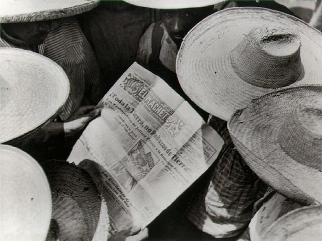 """, 'Campesinos leyendo """"El Machete"""",' 1929, Galeria Enrique Guerrero"""