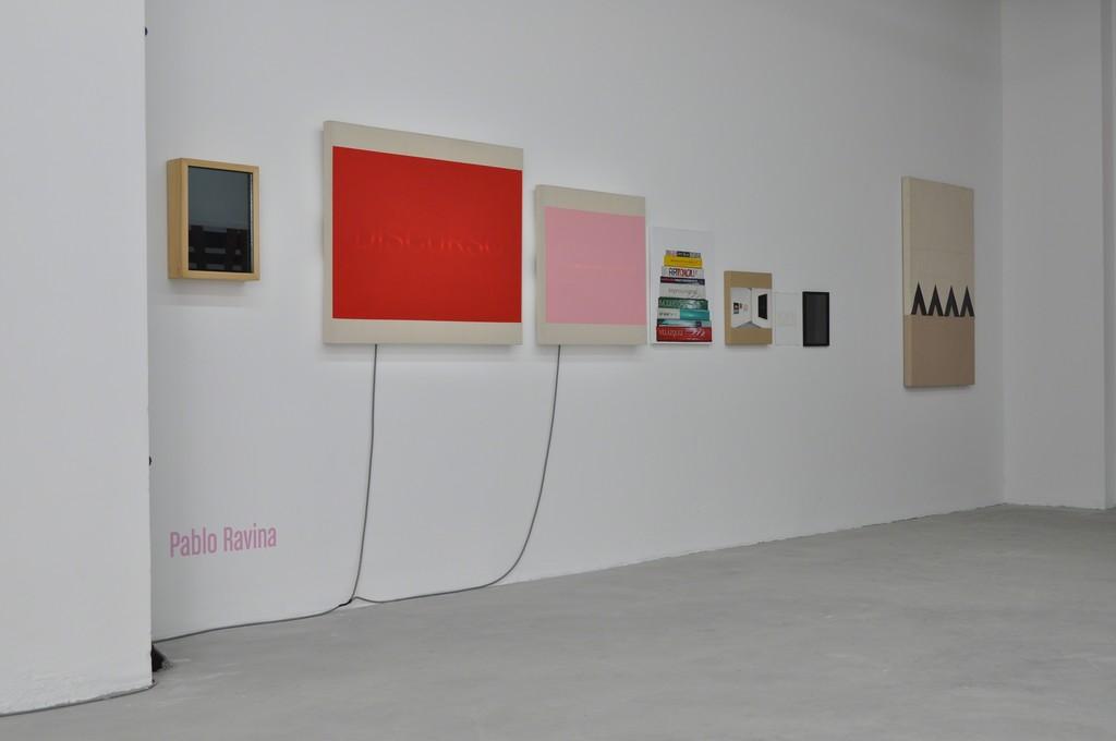 Installation shot, '6 Métodos Infalibles Para Reconocer El Arte Contemporáneo' and 'Cerca' by Pablo Ravina.