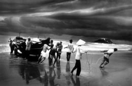Sebastião Salgado, 'Vietnam (pulling boat ashore)', 1986/1990, Yancey Richardson Gallery