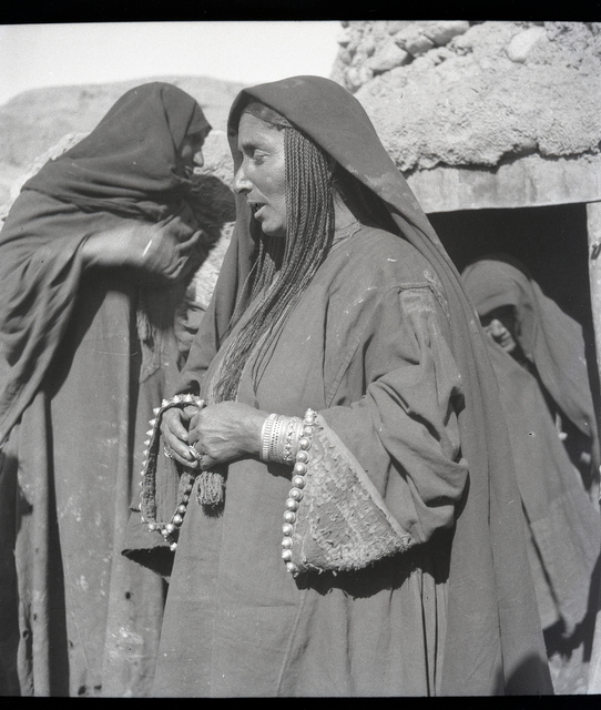 , 'Bamiyan, femme de cette même tribu afghane [Faraki], coiffure de petites tresses serrées retombant sous le voile sur les épaules, remarques aussi les manches garnies de petits cabochons en argent,' November 1934, Musée national des arts asiatiques - Guimet