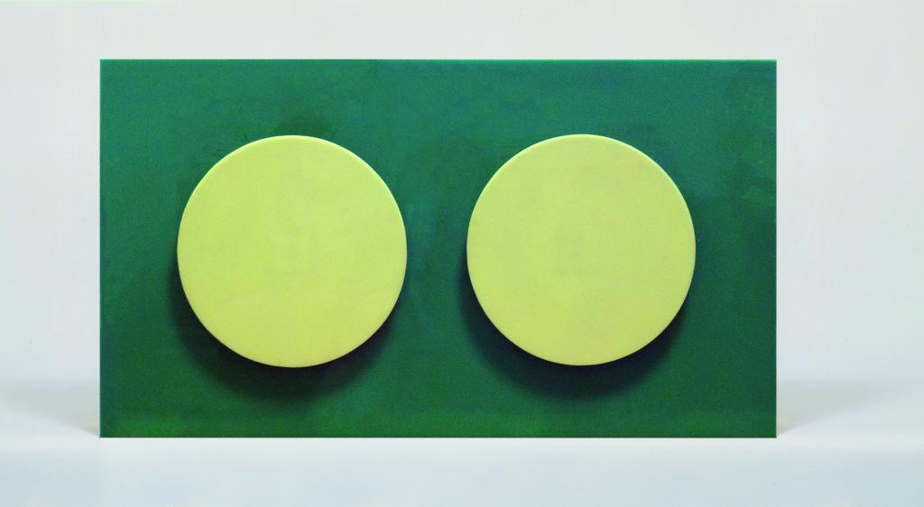 Francisco Sobrino Sans titre, 1965 Mobile, boite plexiglas verte, deux disques jaunes /  Mobile, green plexiglas box, two yellow discs on springs H 33 x 59 x 7 cm / H 12.9 x 23.2 x 2.8 in © Sobrino, Courtesy Galerie Mitterrand