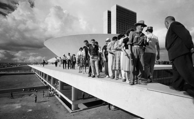 , 'Populares sobre cobertura do palácio do Congresso Nacional no dia da inauguração de Brasília,' 1960, Luciana Brito Galeria