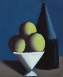 Opstilling. Hvid skål med tre grønne frugter og en sort flaske. Blåsort baggrund (Still life. White bowl with three green fruits and a black bottle. Blue-black background)