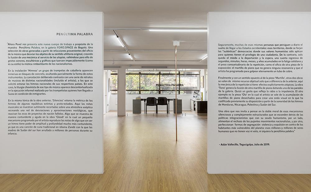 Spanish curatorial text written by Adán Vallecillo