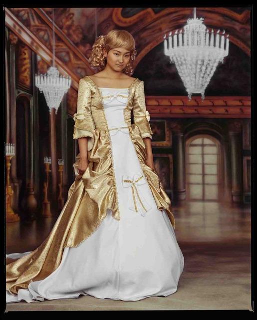 , 'Hua Wen, danseuse folklorique, en robe de mariée blanche, au studio Royal photo, octobre 2002, Shanghai 华雯,民族舞蹈演员,身着白色婚纱,在上海皇家相馆,2002年10月,上海,' 2002, Shanghai Gallery of Art