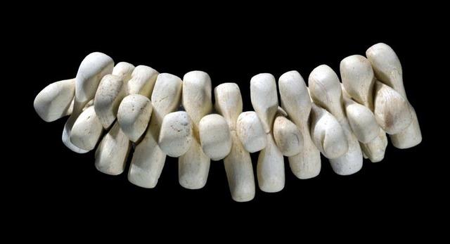 'Parure composée de 27 perles (String of 27 beads)', Musée national de Préhistoire