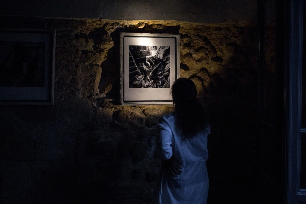 The works were presented in two unlit rooms. To see the exhibition, visitors used flashlights. Photography: Antonis Minas