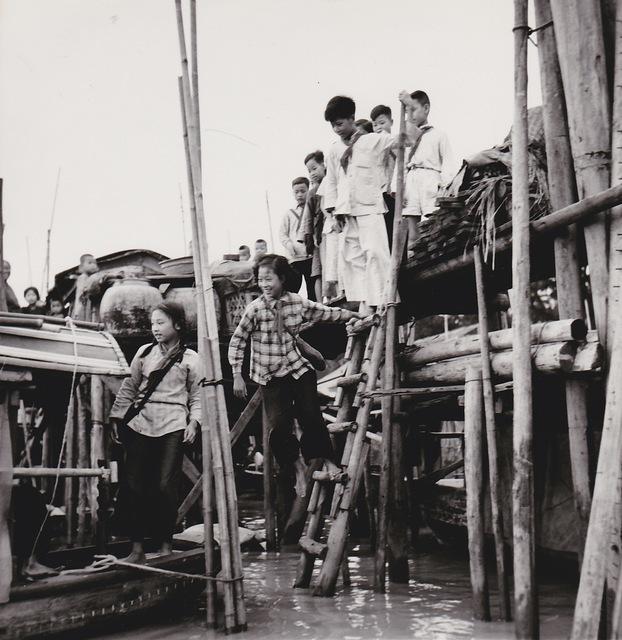 , 'Canton (Chine), village flottant, retour de l'école,' 1957, Galerie Nathalie Obadia