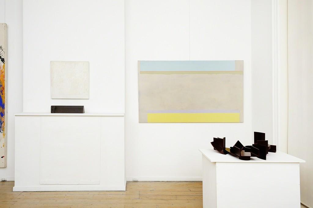 Allan Mitelman, Untitled, 1977 (left) Clive Murray-White, Block #3, 1972 (left sculpture) Virginia Cuppaidge, Lilium, 1975 (right) Ron Robertson-Swann, Atlantis, 1973 (right sculpture)