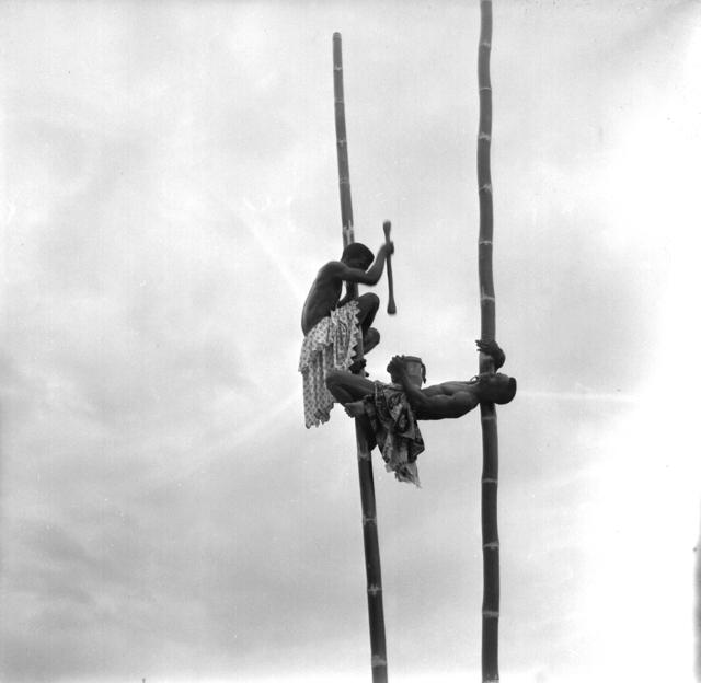 , 'Acrobates Bambou, Ouidah, Bénin,' ca. 1950, Marcelo Guarnieri