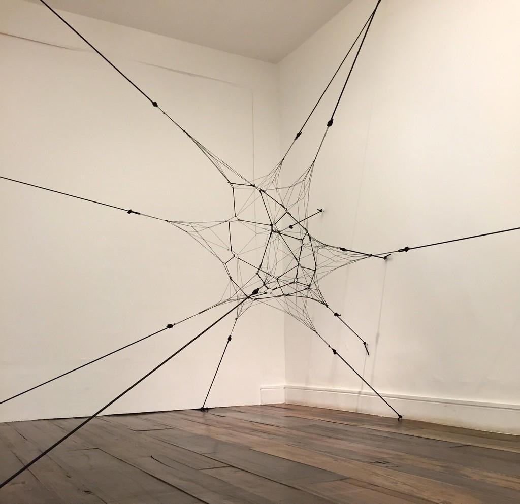 TOMÁS SARACENO  Título: Untitled as yet Ano: 2009 Dimensões: variadas - 350 x 459 x 259 cm  Material: Corda de elástico