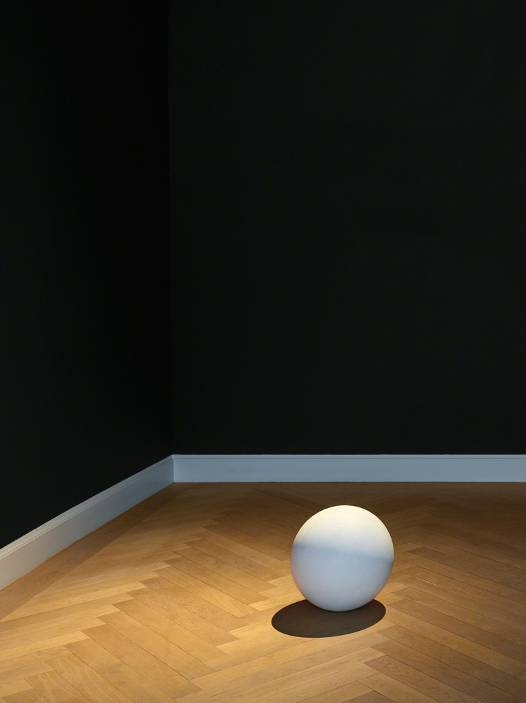 James Lee Byars, The Touched Sphere (1988). Exhibition view: James Lee Byars, The Palace of Perfect, KEWENIG, Berlin (16 February–13 April 2019). Courtesy KEWENIG, Berlin. Copyright: The Estate of James Lee Byars. Photo: Stefan Müller.