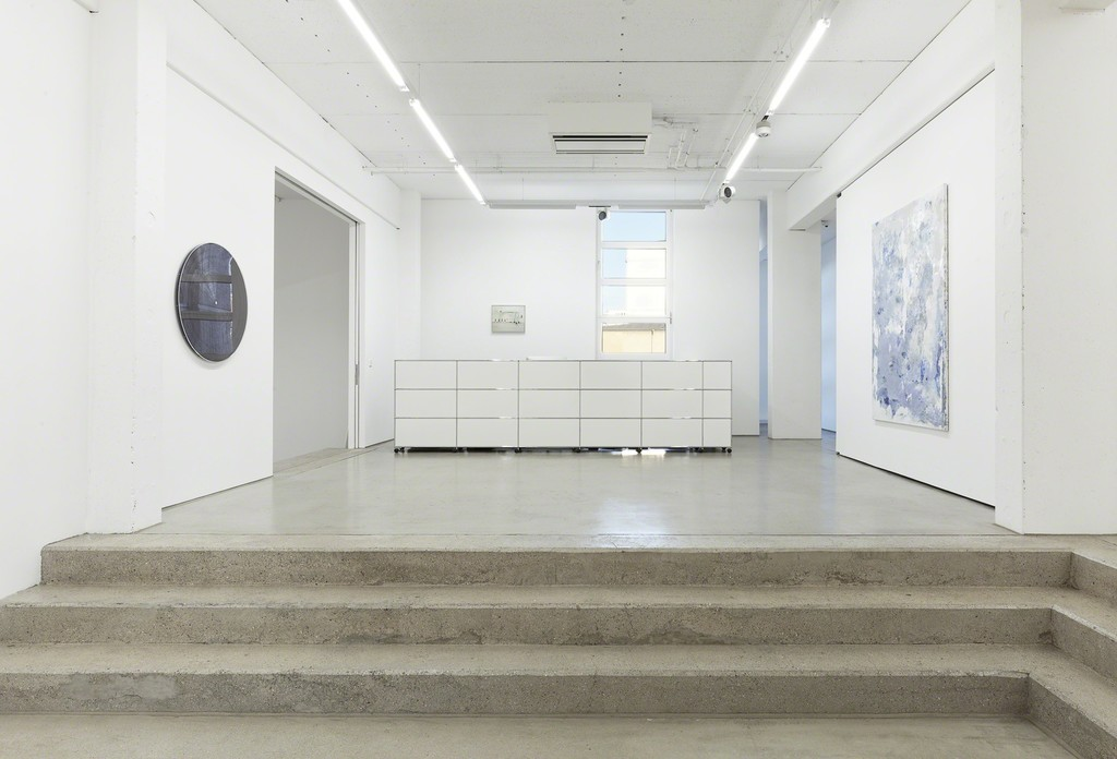 installation view G2 Kunsthalle, Hildebrand Collection, with art works by (from left to right) Gregor Hildebrand, Marcel Dzama and Jens Einhorn, photo: Dotgain © the artists & G2 Kunsthalle, Leipzig.