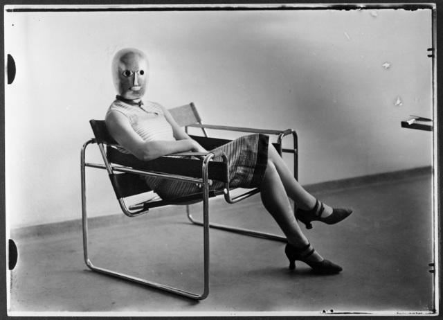 , 'Scène du Bauhaus : Inconnue au masque dans un fauteuil tubulaire de Marcel Breuer portant un masque de Oskar Schlemmer,' 1926, Les Arts Décoratifs