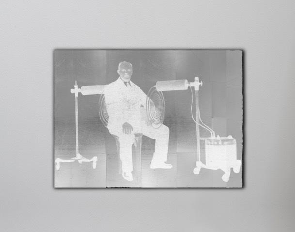 Lakhovsky, 2018 Huile et feuille de palladium sur bois 117 x 160 cm / 46 1/16 x 63 in. Oil and palladium leaves on wood © Laurent Grasso / ADAGP Paris, 2018. Courtesy of the artist & Perrotin