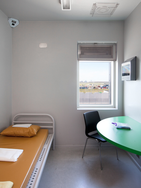 , 'Voor vrij Nederland (immigration detention, location Schiphol) left image,' 2015, Van Kranendonk