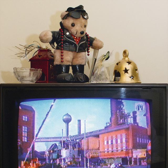 , 'Die Welt im Wohnzimmer: Das Fernsehgerät als Sockel und Hausaltar (The World at Home. The TV as plinth and house altar),' 2001, Wentrup