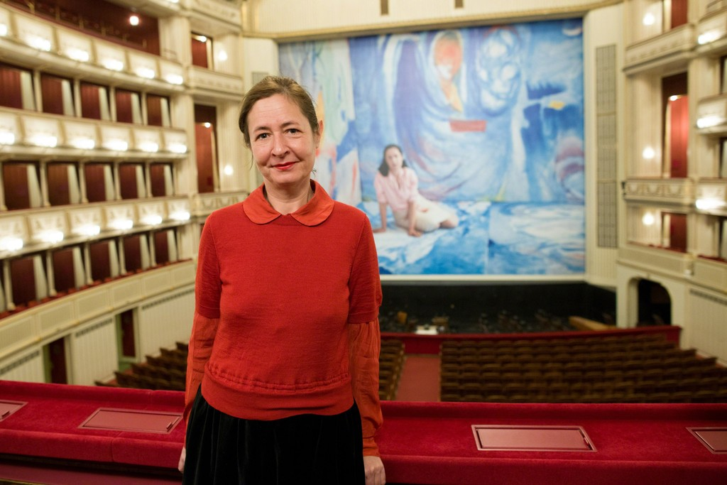 Dominique Gonzalez-Foerster in front of her large-scale image Helen & Gordon, Safety Curtain 2015/2016, Vienna State Opera, Copyright: museum in progress (www.mip.at), Photo: Andreas Scheiblecker