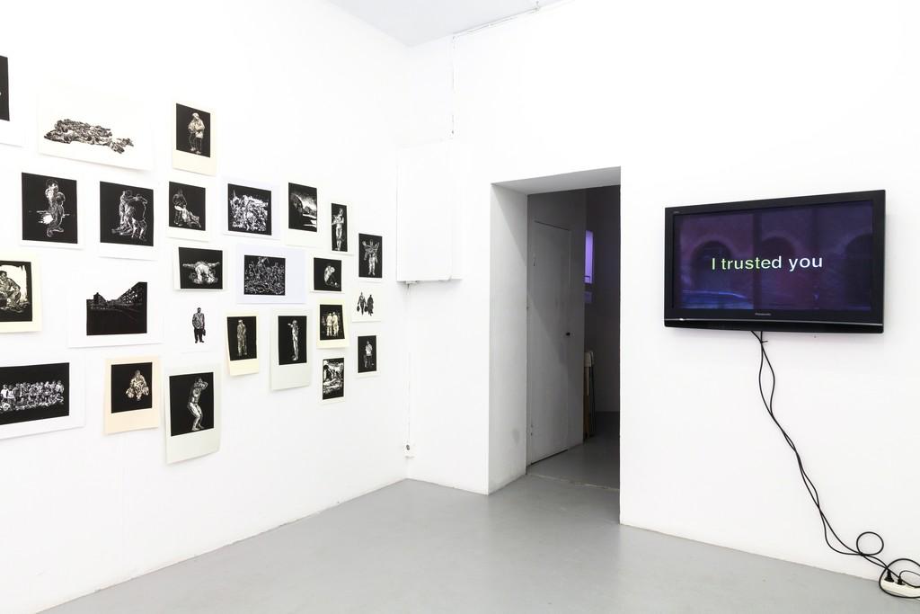 """exhibition #4: (left) Stijn Peeters (Eindhoven), Lino Cuts (2003-05) – (in the back) Luigi Archetti (Zurich), video Apodemica III (2017) – (right) Adam Knight (London), video/audio installation """"I trusted you"""" (2018)"""