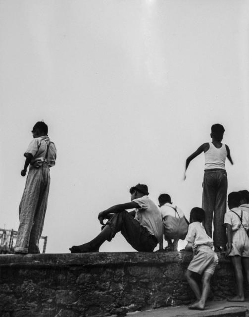 """, 'Meninos assitindo a jogo fora do estádio do Pacaembú"""", São Paulo - SP,' 1941, Luciana Brito Galeria"""