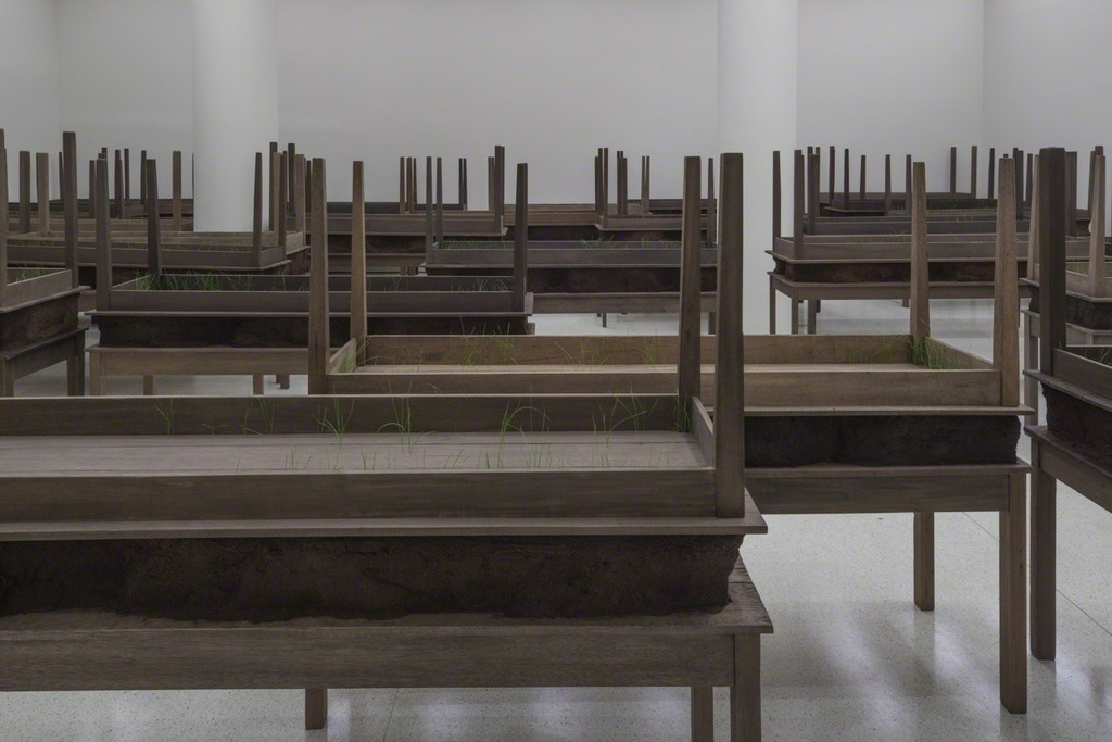 Installation view: Doris Salcedo, Solomon R. Guggenheim Museum, New York, June 26–October 12, 2015 Photo: David Heald­ © Solomon R. Guggenheim Foundation