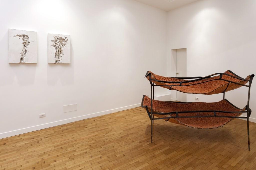 Mattia Vernocchi, Vegetazioni, 2016, gesso, 45x65x10 cm e Dormicilio, 2009, terraglia smaltata ferro, 100x190x110 cm