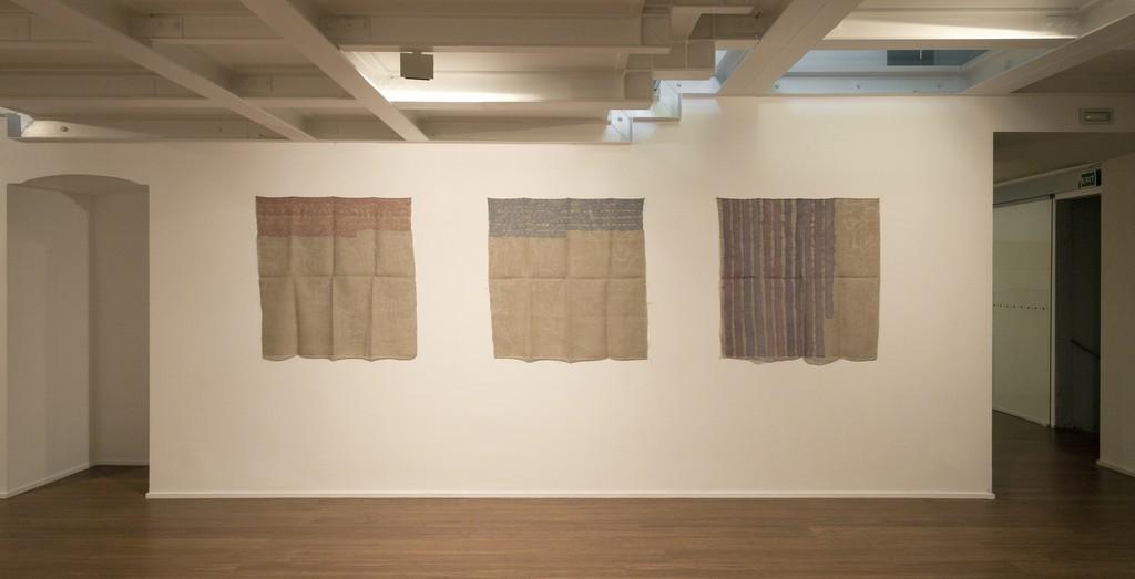 Giorgio Griffa : Esonerare il Mondo , To relieve the world– ABC-ARTE Contemporary art Gallery – 2015  Segni orizzontali 1974, 100 x 100 cm - 39 3/8 x 39 3/8 in, acrylic on juta Segni orizzontali 1974, 100 x 100 cm - 39 3/8 x 39 3/8 in, acrylic on juta Verticale 1977 , 100 x 100 cm - 39 3/8 x 39 3/8 in,  acrylic on juta ww.abc-arte.com