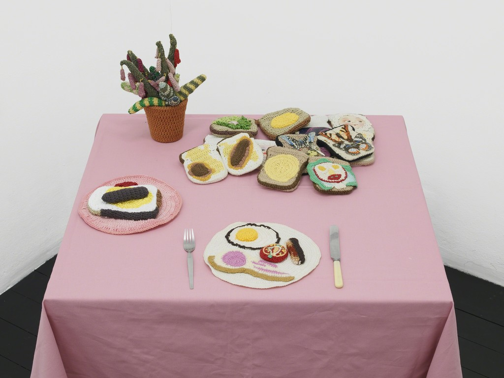 Su Richardson, Burnt Breakfast installation at Home Strike, l'étrangère