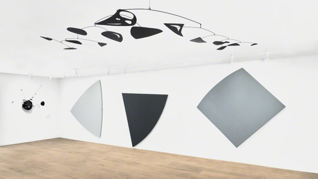 Installation view, Calder / Kelly. Photo: Tom Powel Imaging. All Alexander Calder artworks © 2018 Calder Foundation, New York / Artists Rights Society (ARS), New York. Courtesy Calder Foundation, New York. All Ellsworth Kelly artworks © Ellsworth Kelly Foundation. Courtesy Ellsworth Kelly Studio.