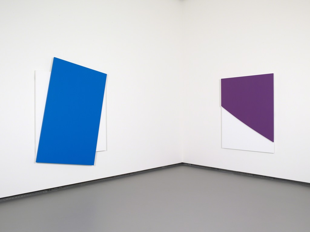 Ellsworth Kelly - Blue Diagonal Purple Curve in Relief © Ellsworth Kelly © Fondation Louis Vuitton, Marc Domage