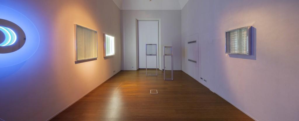 Nanda Vigo: Light Trek - ABC-ARTE Contemporary art Gallery - 2014-2015 Cronotopo, 1963, 100 x 100 x 5 cm - 39 5/16 x 39 5/16 x 1 15/16 ins, telaio in alluminio, vetro soffiato e specchio Cronotopo, 1964, 60 x 60 x 7 cm - 23 9/16 x 23 9/16 x 2 12/16 ins, telaio in alluminio, vetro soffiato e specchio Base, 1966, 60 x 20 x 110 cm - 23 9/16 x 7 13/16 x 43 4/16 ins, alluminio Base, 1966, 40 x 20 x 215 cm - 15 11/16 x 7 1www.abc-arte.com