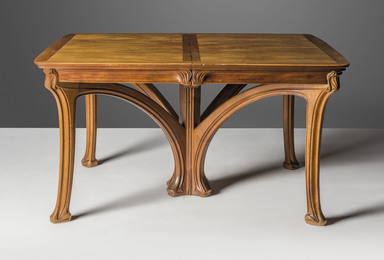 An extending dining table