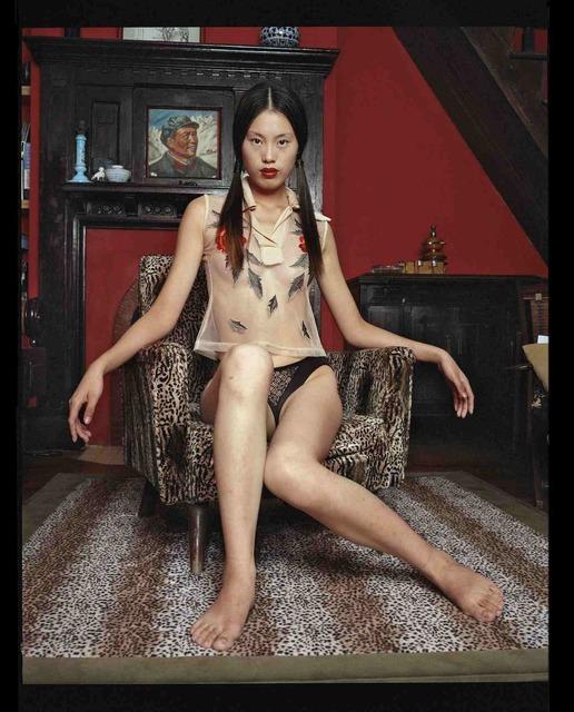, 'Wu Pei Yi, assise dans un décor A1:J43 avec une blouse à fleurs, octobre 2002, Shanghai 吴裴怡,身着花衬衫座在豹纹椅上,2002年10月,上海,' 2002, Shanghai Gallery of Art