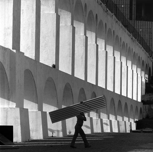 , 'Arcos da Lapa com homem carregando uma telha,' 1996, Fotospot