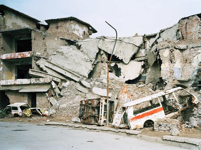 , 'Zerstörte Autos vor zerstörten Gebäuden,' 2002, FELD+HAUS