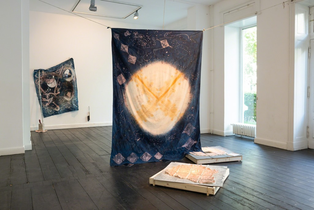 Ada Van Hoorebeke , Rod (blue) - In Practice, 2013,  rod, rope, mirrors, batik (176x247cm),mixed media