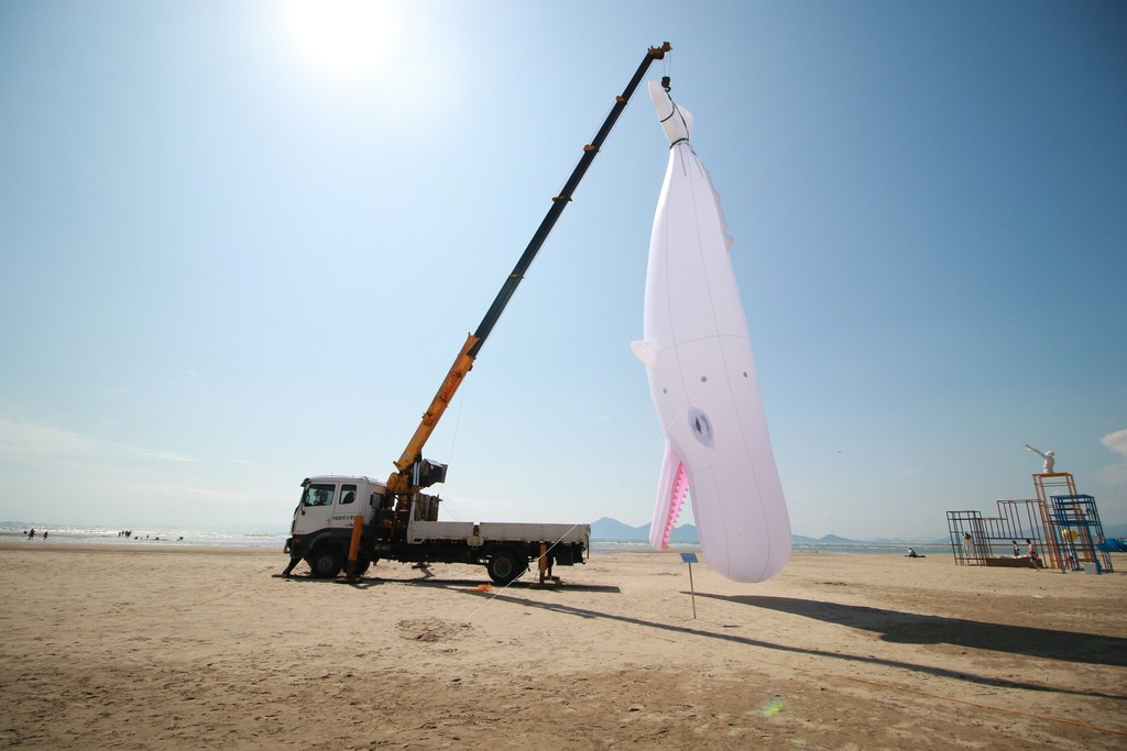 Felix Albert Bacolor_All a man can do is look upon it_2017_50 ft. inflatable white sperm whale, 50+ft. telescopic boom_variable dimensions