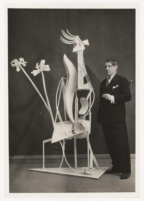 """, 'Picasso in front of """"La femme au jardin"""",' 1932, Musée Picasso Paris"""