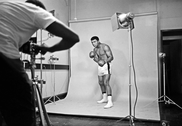 , 'Muhammad Ali poses for a picture,' 1966, Galeria de Babel