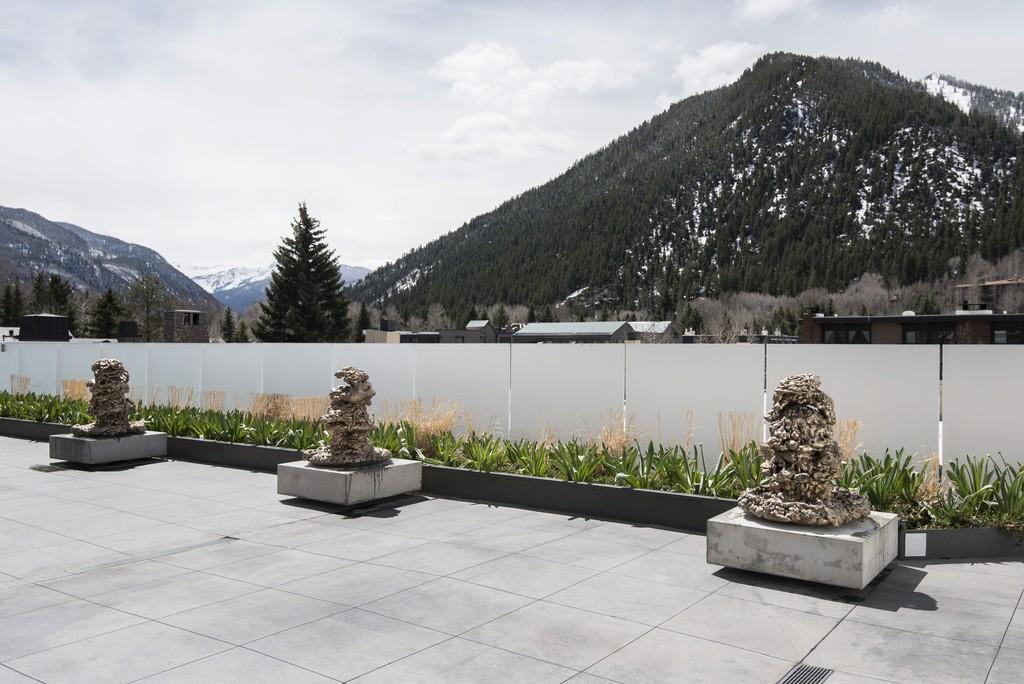 "Installation view of ""Lynda Benglis"" at Aspen Art Museum, Aspen (2016)"