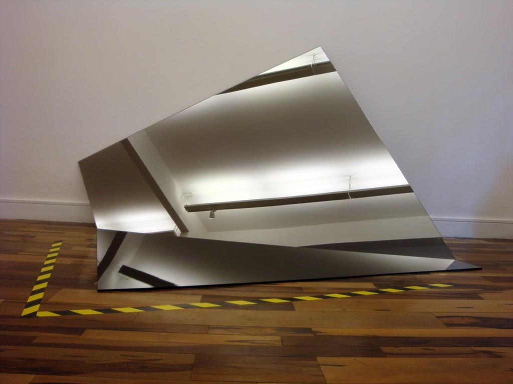 IRAN DO ESPÍRITO SANTO  Título: Sem título Ano: 2011 Dimensões: 130 x 250 x 170 cm  Material: Vidro Espelhado