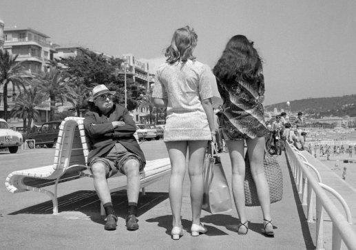 , 'Un homme retraité fixe des jeunes femmes en mini jupes,' 13, Les Arts Décoratifs