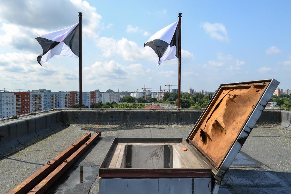 Sonja Hornung, Emptying flags (#27, 27a)