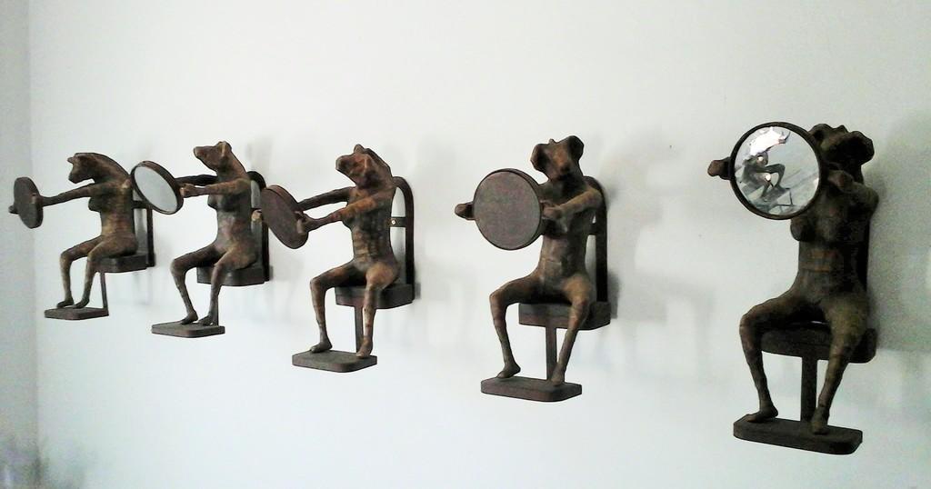 Galerie GALEA SEYDI Seetu du la wax dëg (Mirror, liar) 52x36x20 (To be seen at the FNB Joburg art fair 2018)