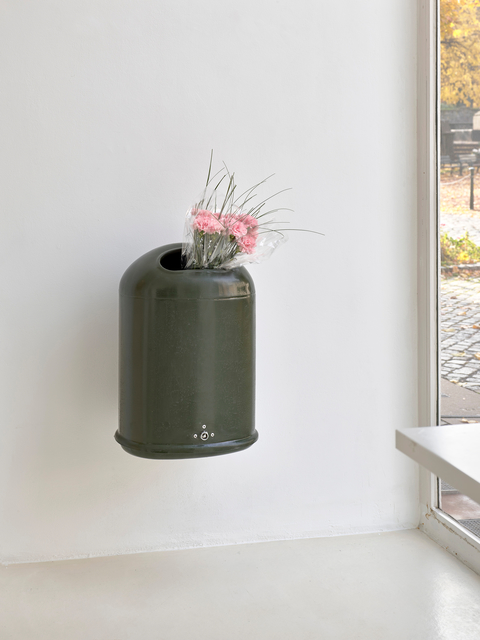 FORT, 'Guilty Flowers', 2018, Installation, Garbage can with 15 cloves, grass and cellophane, Sies + Höke