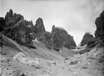 Massiccio del Brenta con due alpinisti in primo piano